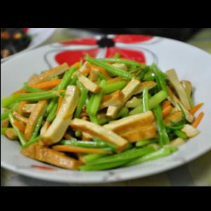 熏豆干炒芹菜 Tofu fumé sauté avec céleri